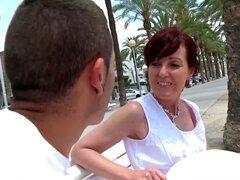 Joycelina soplando la polla larga de un amigo antes del Sexo duro en la playa-Joycelina