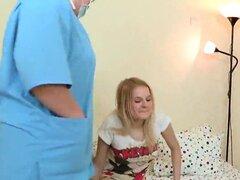Compañeros ayuda con examen de himen y escariado del gatito Virgen. Doctor ayuda a comprobar una ninfómana Virgen y asiste con himen desfloración y físico o sexo primera vez