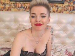 Sexy rusa milf en medias con tetas grandes y culo jugoso delante de la webcam