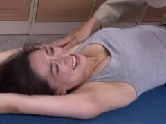 Madre japonesa caliente Marina Matsumo obtiene sus agujeros de digitación al orgasmo