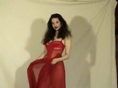 Sensual Nena En sexy lencería roja Lorraine pone sus curvas en exhibición