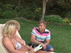 Madrastra seduce a su hijastra Britney. Caliente MILF Devons después de fiesta de boda da su nuevo plan para seducir a hijastra. Britney y su bf es convencido por su madrastra de un fuck trío caliente. Proyecto de ley posiciones Devon por detrás para un d