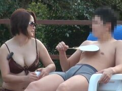 Madre japonesa pechugona demuestra su talento chupando polla en la piscina