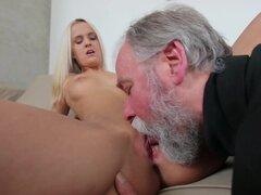 Experimentado hombre da una lección de sexo a la rubia.. Viejo amigo demuestra que la experiencia significa mucho cuando se trata de satisfacer a una dulce rubia con el coño hambriento de sexo.