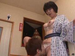 Madre japonesa Chiaki Takeshi sopla y se la follan en la cocina