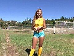 Caliente rubia jugadora de futbol obtiene su caliente coño deportista chupado y follado