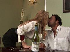 Dos rubias elegantes permitiendo que el hombre negro musculoso a les libra duro - Paige Ashley, Cindy Behr