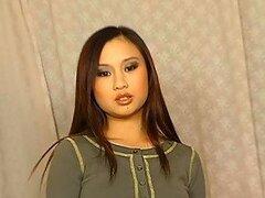 Esta nena asiática sexy Tia no necesita ser photoshoped