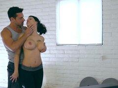 Salvaje follando en el gimnasio en casa con la ama de casa en forma Peta Jensen - Peta Jensen,Ryan Driller