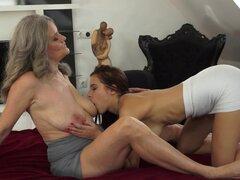 Lesbiana madura con tetas enormes consigue su coño peludo lamió