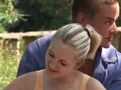 Joven y Joanna Tetona follando al aire libre. Angélico joven y tetona rubia Joanna mamando y follando al aire libre