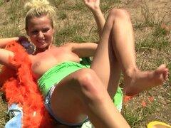Una jovencita de Holland se mete los dedos en el aire libre