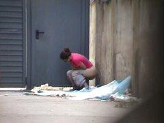 El manojo de desvergonzadas chicas amateur meando en la puerta