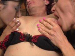 Abuelas lesbianas cachondas siempre le gusta divertirse con las chicas de Colegio