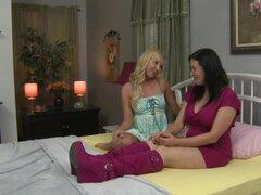 Los aficionados lindos Aaliyah Love y Anastasia Pierce teniendo sexo en una cama-Aaliyah Love,Anastasia Pierce