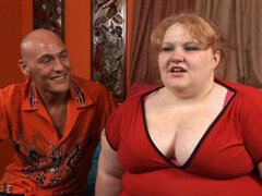 Hombre folla sexy fattie. El hombre se corre en la linda chica gorda después de golpearla muy bien