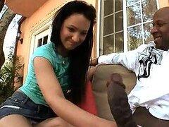 Caliente Sabrina es una jovencita dulce de trasero redondo la cual le encanta probar vergas negras