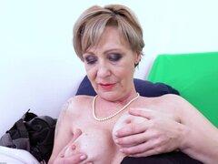 OldNannY Lusty abuela Milena Solo juega Showoff. Abuela bien conservada vigorosos mayores es jugar sola con juguetes para adultos