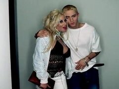 Desconocido en vídeo de la música: Eminem - Superman (sin censura) (2003). Aquí es la versión sin censura del video de musical de Eminen Superman, que ofrecen desnudez topless.