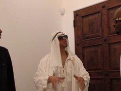 La esposa árabe chupa vara negra. Esposa árabe chupa pollas negras y se pone facial mientras mira