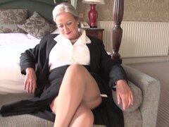 La abuelita tiene una elegante ropa interior bajo su ropa de trabajo - abril