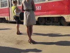 Impresionante rubia filmada por cámara upskirt spy cámara pública, especial cogió a una chica rubia y solitaria en el tanga bonito en la estación de tren en el video de la falda hacia arriba.